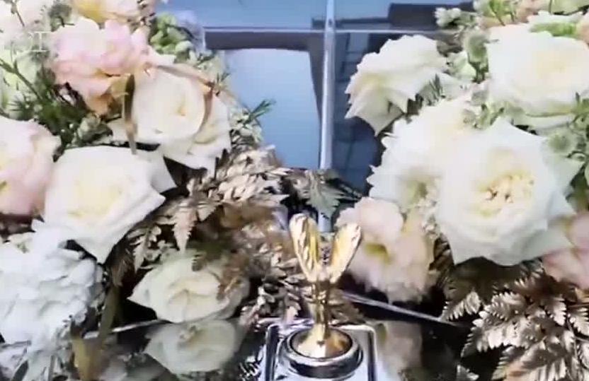 劳斯莱斯婚车撞了 鲜花:怪我咯