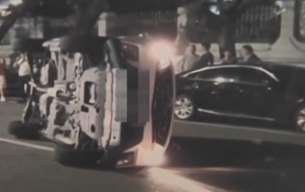 江门:小车油箱漏油 武警官兵冒险营救被困司机