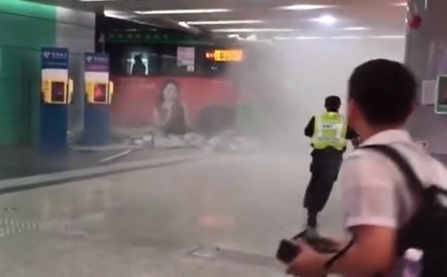 [2019-09-21]DV现场:深圳:公交车穿墙而过 司机操作不当所致