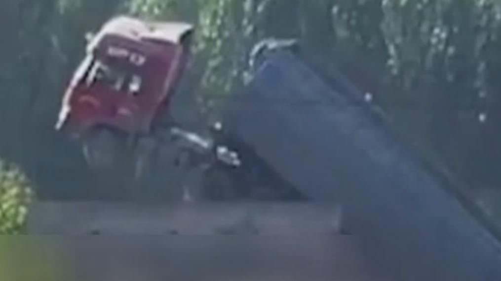 又一载重卡车将桥压断 桥面断成三截