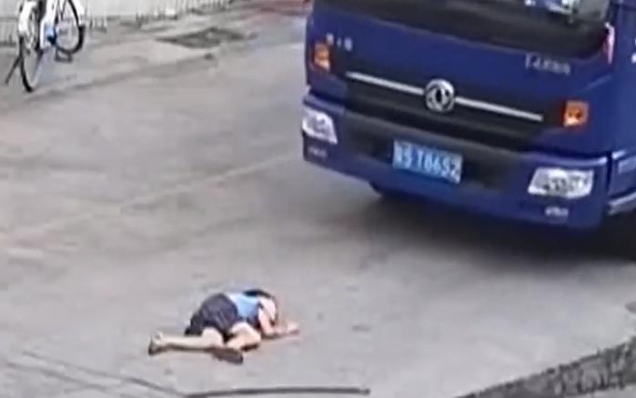[HD][2019-10-13]今日一线:关注儿童安全:东莞厚街 货车倒车时存视线盲区 男童被卷入车底