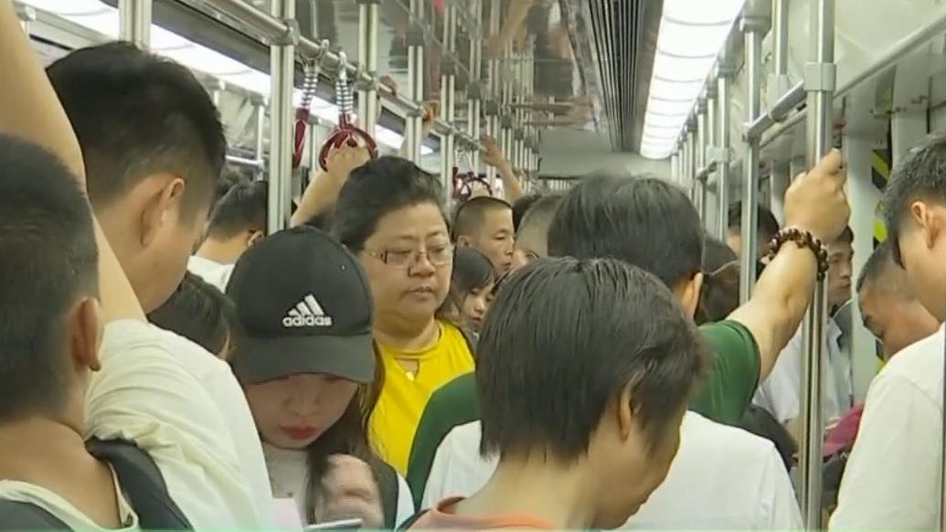 广州地铁:乘客站务员合力智擒偷拍狂