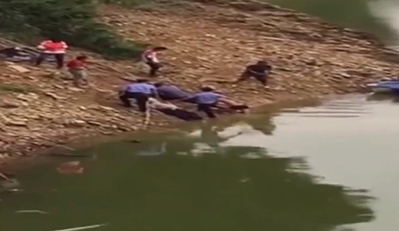 正能量! 面包車意外落水 群眾冒險救起2人