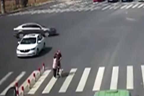 老人過馬路 車流禮讓靜候5分鐘