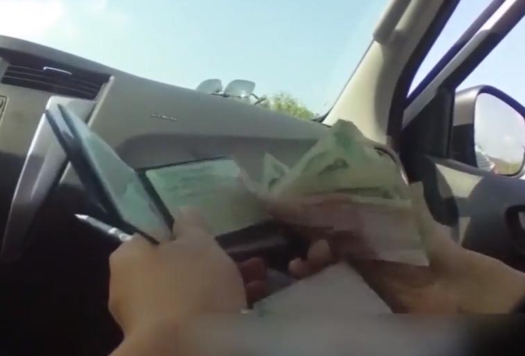 佛山:新手司机违停被查 竟向交警塞钱求放过
