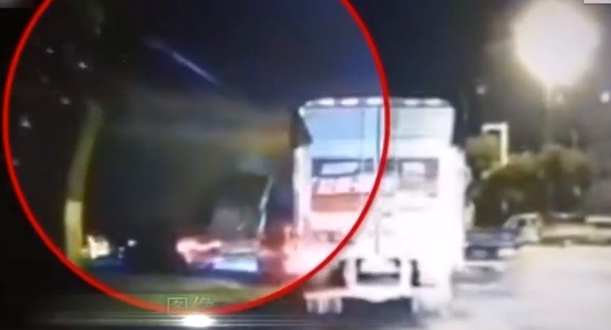 江苏无锡:高架桥垮塌 货车坠桥还有车辆被压