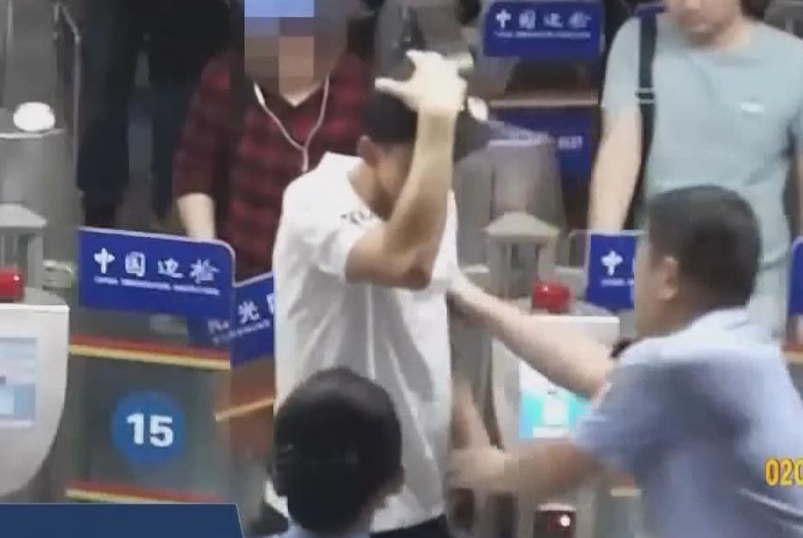 珠海:男子硬闯闸机 撞坏闸门