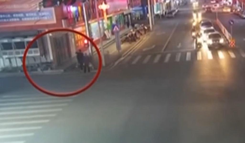 """梅州:民警下班路上""""偶遇""""窃贼上演擒贼记"""
