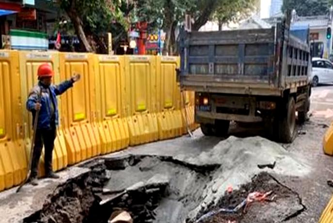 广州越秀区:教育路出现路面塌陷坑洞 有污水涌出