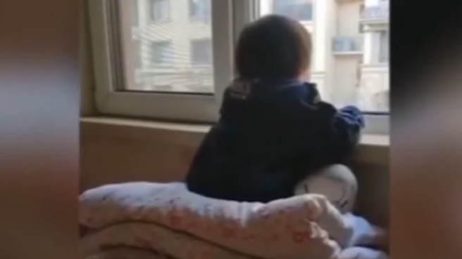 爸爸不让看电视 3岁女童出奇招