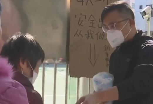 """中山:热心""""校长"""" 每日免费派发两百个口罩"""
