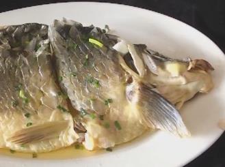 制作油盐蒸鲤鱼