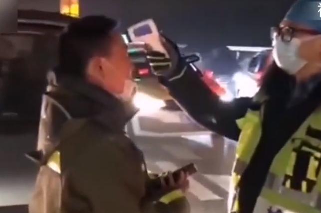 武汉:加强防疫 收费站实时检测体温