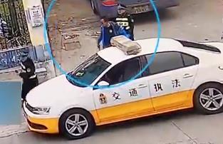 客车非法组客被查 司机袭击执法人员