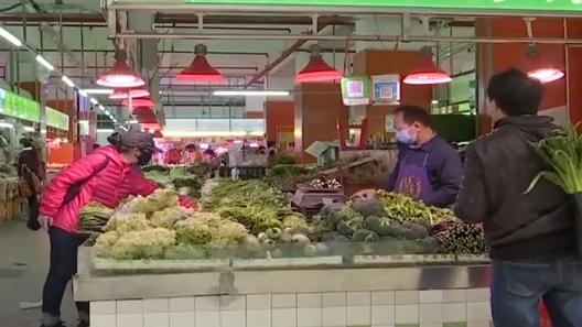 广州:小区封路 业主回家必经室内菜市场