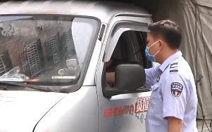 广州:驾车撞人还冲卡 鲁莽车主被行拘