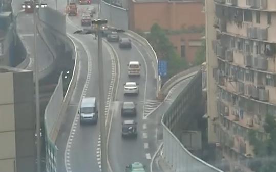 广州:东濠涌又有车逆行 一月内已三次
