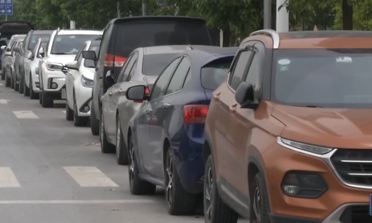 广州:小区四周被违停车辆包围 堵塞消防通道