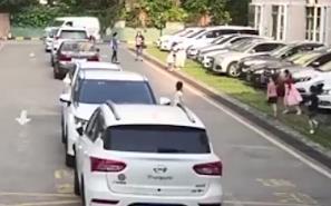 [HD][2020-04-23]今日關注:深圳:女童小區內遇車禍身亡 違停車輛遮擋視野?