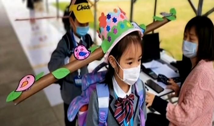 今日最爭議 杭州小學生復學頭戴一米帽子,你怎么看?