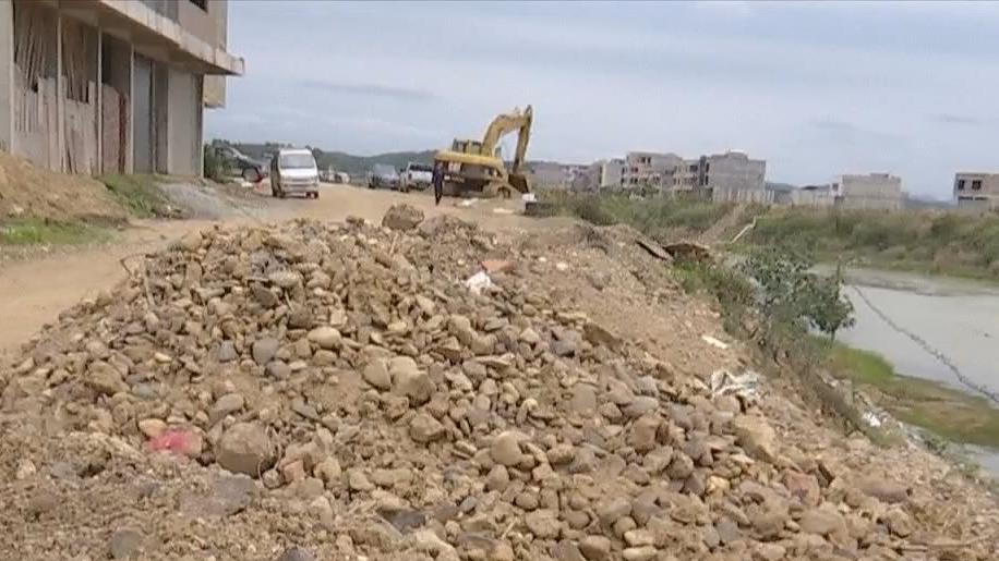 沿河两岸堆满建筑垃圾 县镇两级称有日常巡查