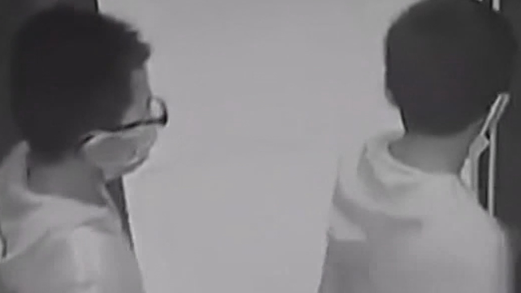 熊孩子闖禍!湖北孝感兩男童扒扯電梯被困 頭部卡電梯井