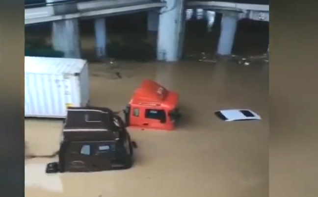 广州:货车司机暴雨堵车见义勇为 不幸牺牲