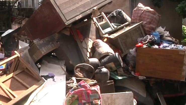 水浸后满街垃圾 村委村民齐清理