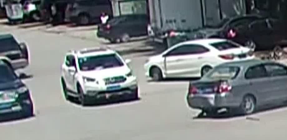 东莞:越野车闹市疯狂打转 连撞九车伤两人