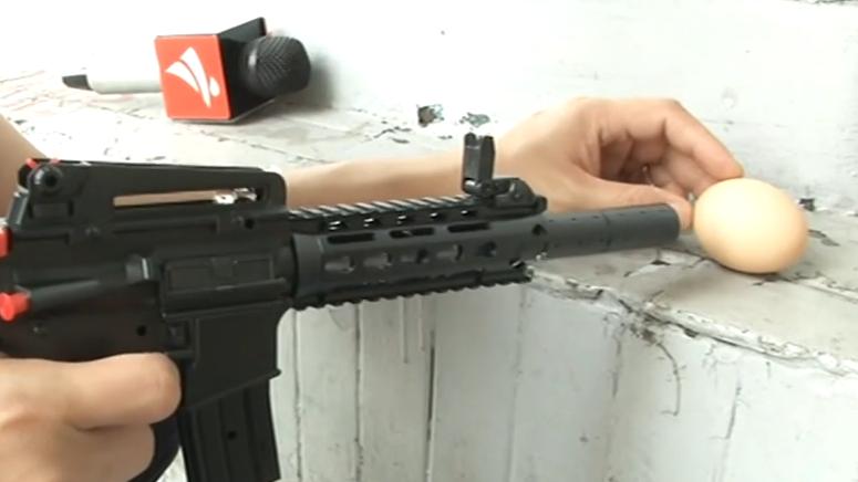 吸水弹软弹枪安全好玩? 可以射穿鸡蛋!