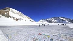 瑞士阿莱奇冰川现巨型明信片 共同关注气候变化