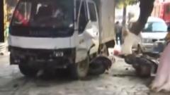 货车失控冲上人行道 路人倒地不起