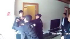 男子持刀袭警 警方上演教科书式执法