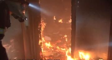 中山:出租屋发大火 消防员勇救17人
