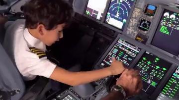 6岁娃开飞机上天 技术熟练有模有样