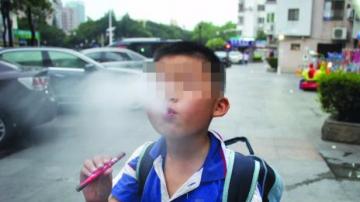 """世界无烟日:电子烟当玩具 小学生也""""烟不离口"""""""
