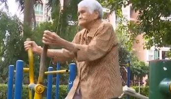 """101岁钟婆婆""""爱玩""""闲不住"""