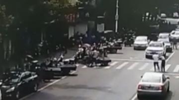 苏州吴江:停车背老人过马路 监控记录暖心一幕