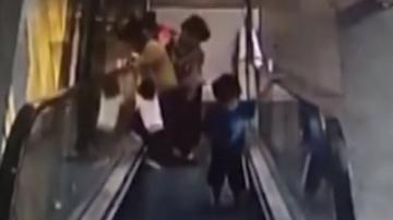 东莞:商场电梯再出意外 两大一小连环滚下