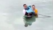 韶关:倒车倒入河里 三人被及时救起