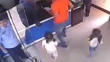 (DV现场)夫妻吵架各自走人 两个女儿被丢路边