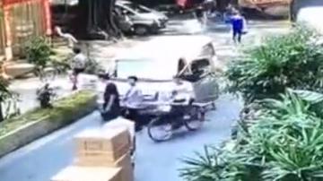 [2019-09-28]DV现场:广州:男子被面包车撞倒 街坊合力抬车营救