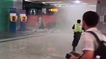 [2019-09-19]DV现场:深圳:公交车穿墙而过 司机操作不当所致