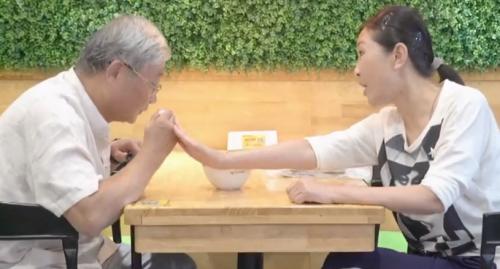 """[HD][2019-09-26]你会怎么做:""""当目睹保姆欺负老人"""",你会怎么做?"""