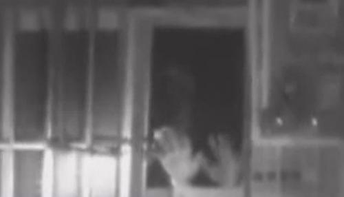 东莞塘厦:笨贼破窗偷手机 巡逻警员瓮中捉鳖