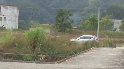 阳春:桥面下沉一年多 数百村民每天冒险过桥