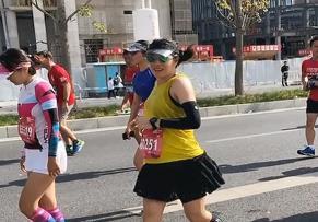 上海:40岁准妈妈挺八个月孕肚跑完马拉松