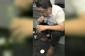 广州:感动!他为陌生老人跪地吸尿37分钟