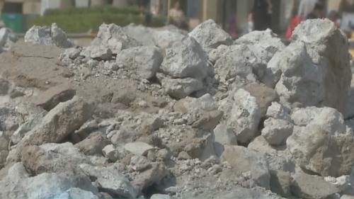 广州:马路围蔽施工突然停滞 居民出入不便