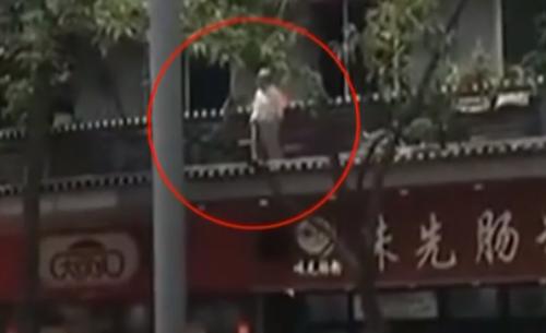 佛山:83岁阿婆在商铺顶做运动 吓坏街坊